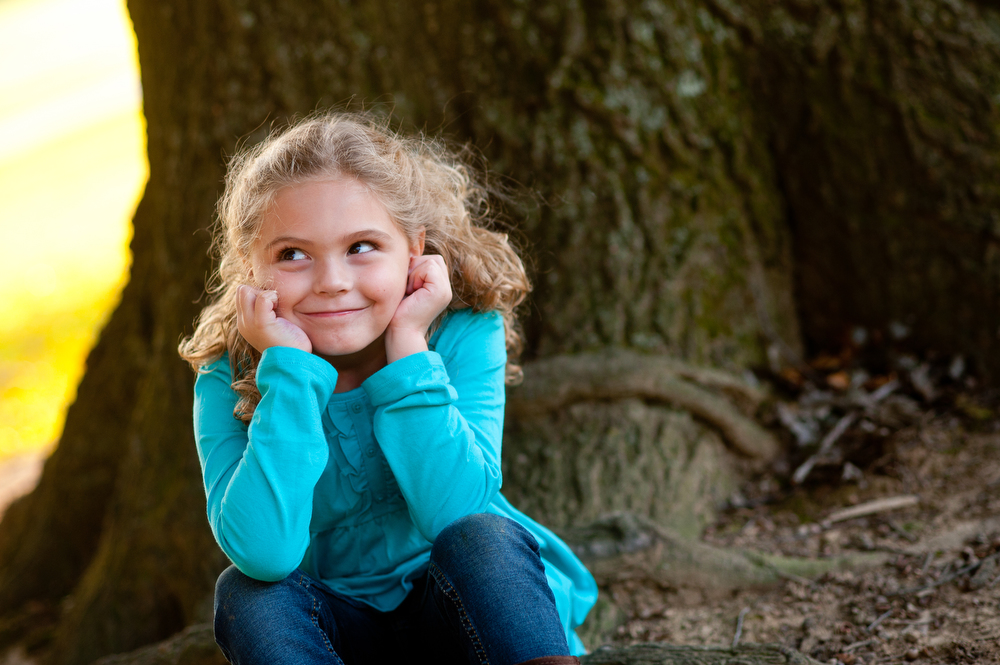 Little girl with turquiose water